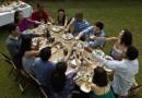Freunde essen im Garten