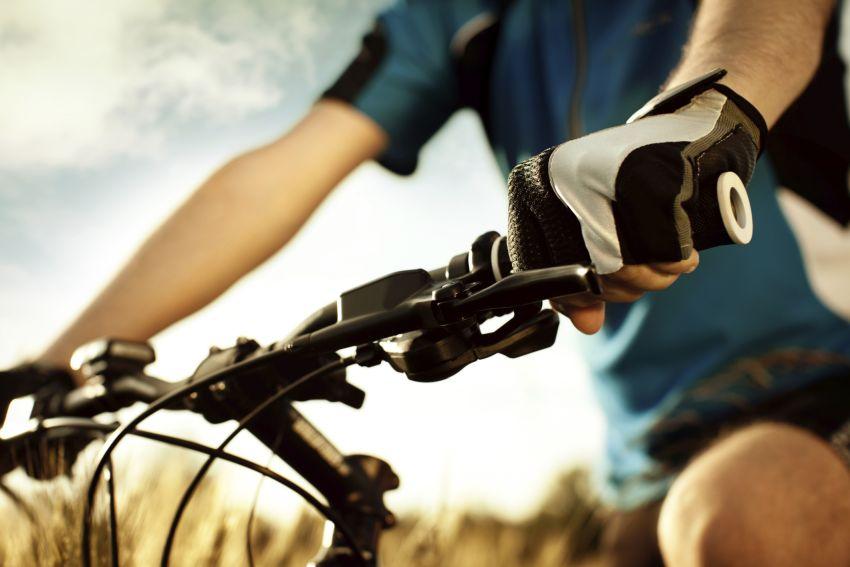 Mann am Fahrradlenkrad