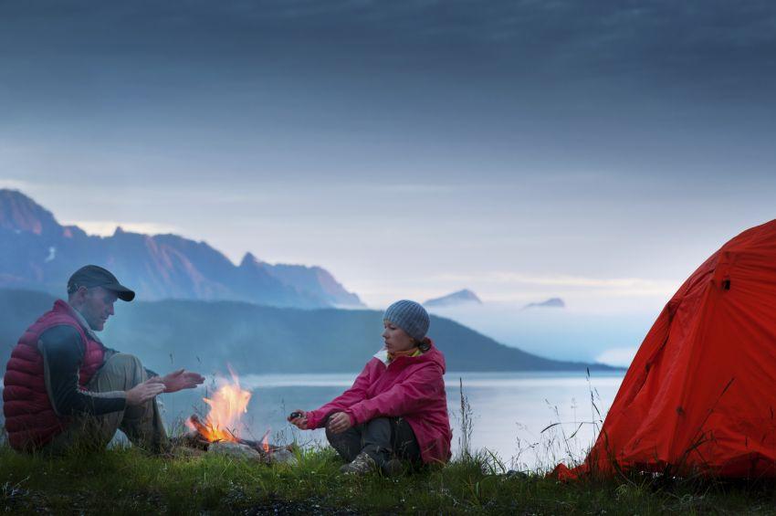Paar am Campingfeuer