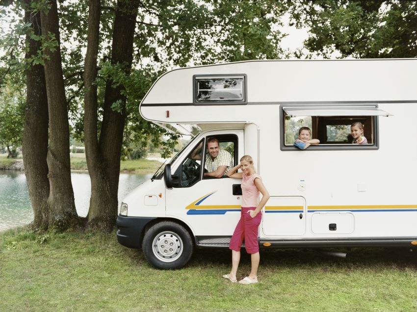 Familie im Campingwagen