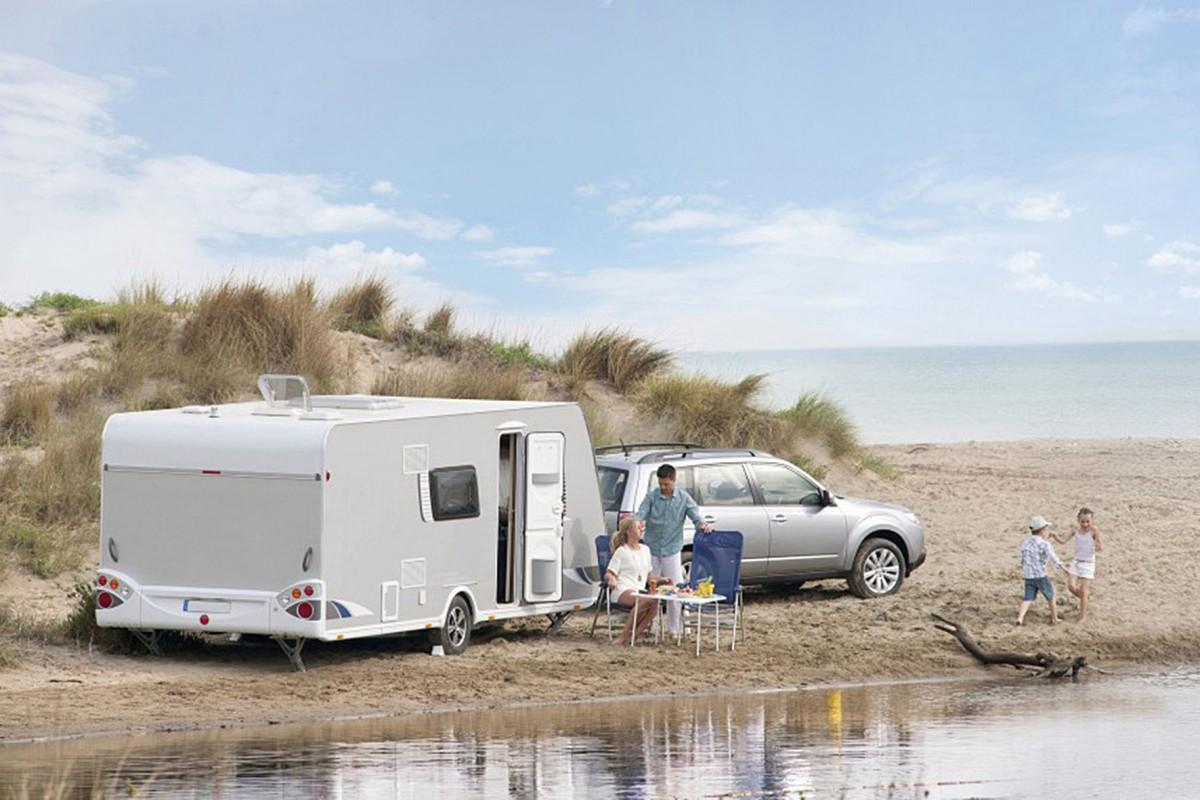 Die Ferienwohnung kommt einfach mit: Gerade Familien schätzen die Flexibilität, die ein Urlaub mit dem Wohnwagen bietet. Mit einem Diesel kommen die Urlauber zudem besonders sparsam und kostengünstig ans Ziel. Foto: djd/Bosch/Karl Holzhauser